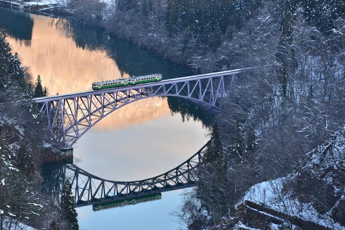世界でも美しい景色と評判なのが、この只見川第一橋梁。 実は、ここの撮影ポイントまで行くには、雪深い山の中を1km以上歩かなければならないそう! 撮影された方の想いが伝わってきますね。