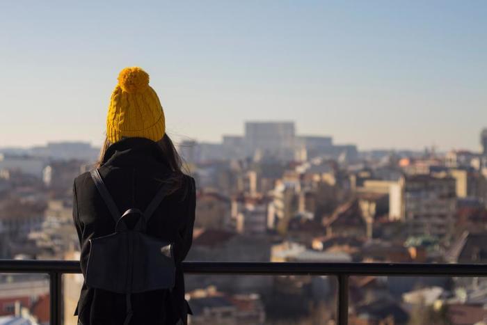 「旅」に憧れはあるものの、「なんとなく今の自分を変えてみたい・新しい自分に出逢いたい」そんな漠然としたイメージなら、そのイメージをより現実に落とし込んでいく作業が大切になります。合わせて自分の身は自分で守る、という事もちゃんと考えておく必要があります。海外の一人旅を計画するなら、日本では経験のないような外国人男性からの積極的なアプローチの洗礼を受けても流されず、まずは客観的に状況判断する力も必要です。