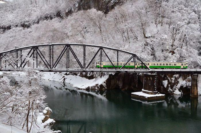 張りつめた空気が伝わってくるような、すばらしい景色。 寒く、強い東北の冬。ぜひこの列車にのって、各地をめぐってみたいですね。