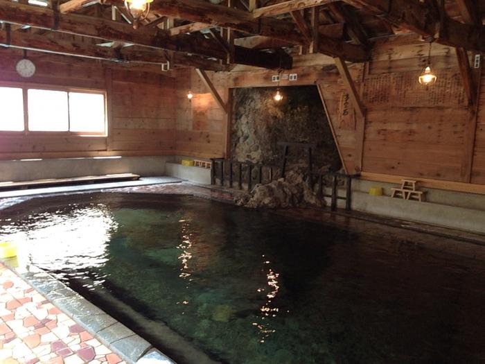 縦5メートル、横15メートル、深さ最大で1.2メートルの大きな湯船ですが、実は混浴!女性専用の時間帯もありますよ。 また、子宝の湯とも言われているこちらのお風呂。刺激の少ない単純温泉の泉質のため、身体の芯まで温まり、それが妊娠しやすくなるといわれているのだそう。