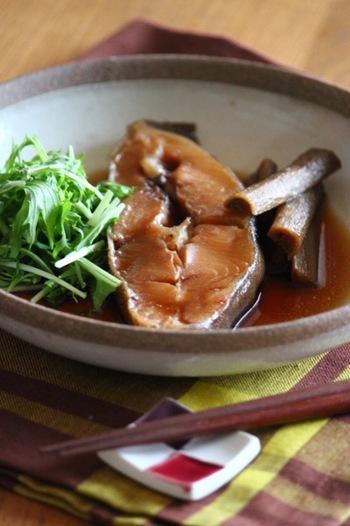 魚にまとった黄金の照り、見ているだけでご飯が食べたくなるのが魚の煮付け、煮魚です。自己流で作ってみると、なんだか煮汁に臭みが混じっていたり、身もぐちゃぐちゃになってしまったりしませんか?そこで、基本をマスターすべく、美味しい煮魚の作り方をご紹介します。