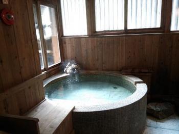 貸し切りの檜風呂。定山渓の山々を眺めながら贅沢な空間と時間を満喫できますね。ベビーバス等の用意も可能ということなので、お子様連れにも嬉しいですね。