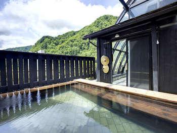 展望露天風呂には「すげ笠」があります。雨の日には笠をかぶって風情たっぷりですね。泉質はナトリウム塩化物泉で、日頃の体の疲れも癒してくれそうです。源泉温度も自然勇払の75℃くらいでとっても豊かな温泉ですよ。