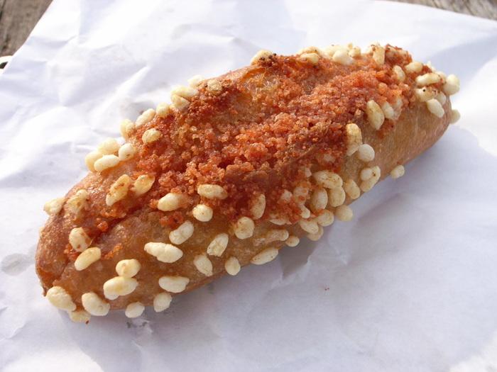 福岡のふくやの明太子がはさんである、博多というパン。トッピングのパリパリした「あられ」の食感もおいしい。