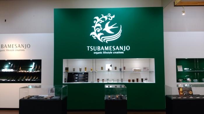 こちらは約10,000点ものキッチン用品や洋食器などを産地価格で販売している「燕三条地場産業振興センター」。このように日本で使われているキッチン用品の多くが、新潟県のほぼ中央に位置する燕三条地域で生産されています。
