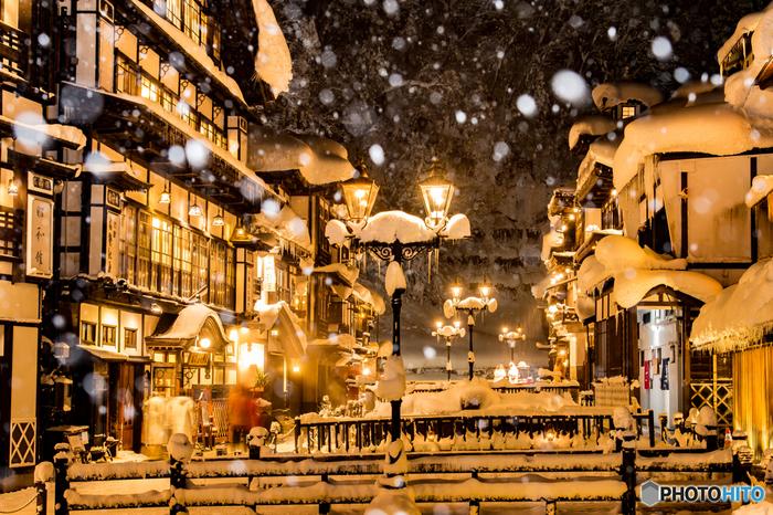 大正ロマンの風情溢れる温泉郷。日が暮れると温泉街にガス灯が灯ってロマンチックに。雪景色がさらに神秘的な雰囲気を醸し出します。