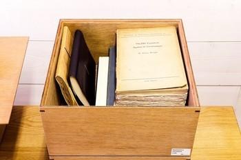 雑誌・書類を隠す派の強い味方は、A4ファイルボックスや、大きめのボックス。こちらは木製のスタッキングができる蓋付き収納BOXです。LサイズはA4サイズの紙がすっぽり入ります。
