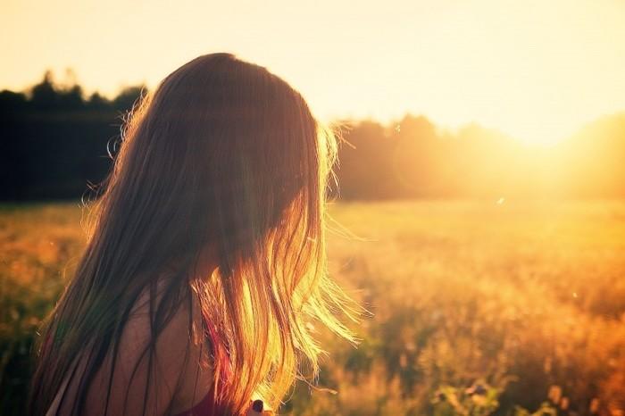 """人間は朝日を浴びると、セロトニンという覚醒ホルモンが分泌されます。セロトニンは別名""""幸せホルモン""""と呼ばれ、精神のバランスを整えて、気持ちを前向きにしてくれます。また、セロトニンは消化を助ける作用があり、腸内環境も整えてくれるそうです。早起きして朝日を浴びることで、心も体も元気になれるんです!"""