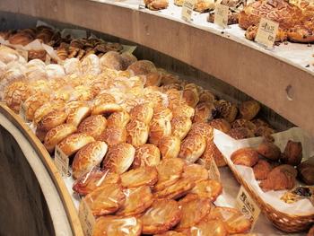 店内にはバターと焼き立てパンの香りがいっぱい。他では見られない個性あふれるパンが豊富で、ここでしか買えないパンばかり。どれも食べたくなります!