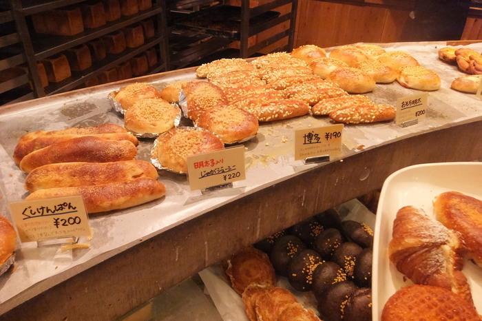 店内に並べられた、約70種類ものパンは玉木さんの自信作ばかり。人気のパンは品薄状態になることも。