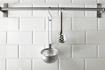 お味噌汁や味噌煮込みを作る際、役立ってくれるアイテム。パンチング加工のこし器に、穴あきスプーンの味噌こしセット。