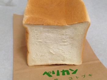 フワフワみっちりの大人気の食パン。 山型食パンはこちらと食感が違いトーストするとサックリ。