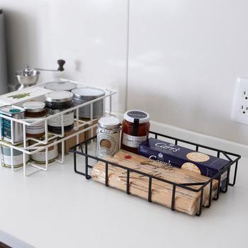 お菓子やジャムなど、食品ストックをすっきりと収納できるキッチンバスケット。スチール製なので軽いのに丈夫。積み重ねて使うこともできるので、スペースの有効活用にも◎!