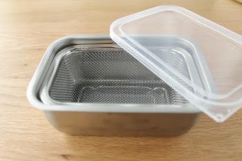 深めの「スタッキングザル」と専用の「角バット」。こちらも専用のフタがあるので、豆腐や塩揉みした野菜などをザルごとバットに入れ、フタをして冷蔵保存することができます。