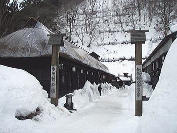 美しい雪景色の中に佇むか茅葺き屋根のお部屋。秋田藩主の湯治場だった由緒ある温泉で、今なお茅葺き屋根の「本陣」が残り宿泊することが出来ます。