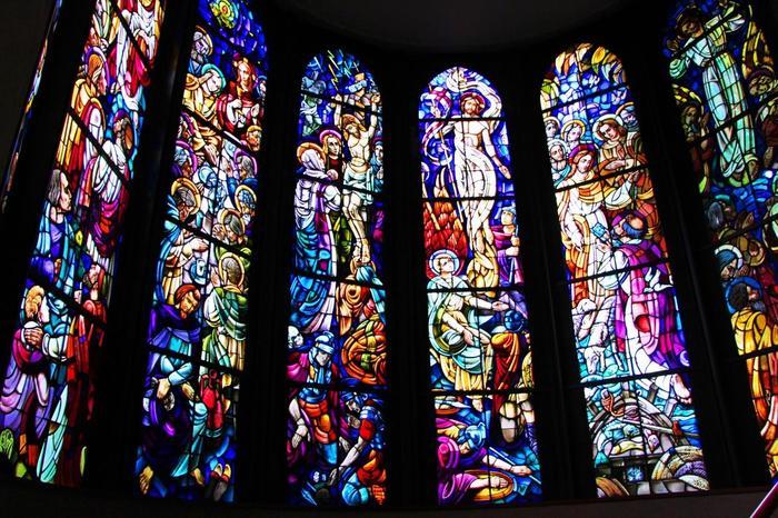 旧聖堂のステンドグラスは、大聖堂から下へと降りる螺旋階段の壁に埋め込まれています。 ちなみにお式を挙げるのは『マリア聖堂』とも呼ばれる、静謐とした場です。正面には円いステンドグラスが埋め込まれ、結婚式を静かに見守ってくれます。