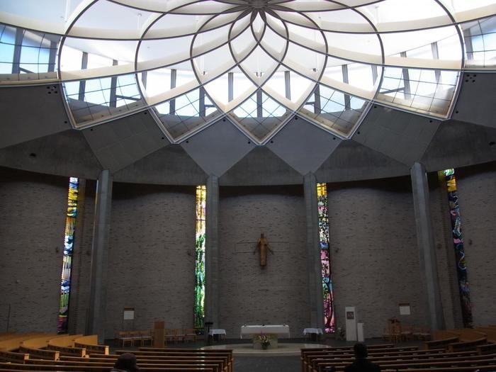 天井には『花』のようなかたちをした独創的なガラス模様が広がっています。