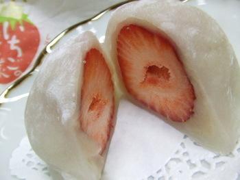 王道のいちご大福は口にいれるまえから 苺の良い香りがします。 食べると甘酸っぱい苺がたっぷり。ふんわり柔らかい白餡との相性もばっちり。
