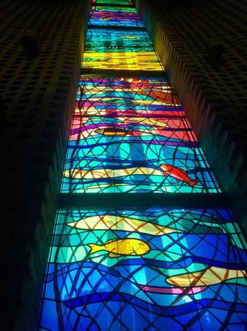 大聖堂にあるステンドグラスは12枚あり、それぞれが独立した一つの作品です。