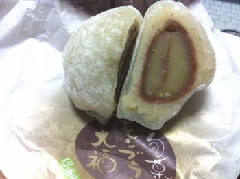 モンブラン大福は、柔らかい国産の栗を渋皮ごと生クリームで包んでいます。本当に美味しいんです!