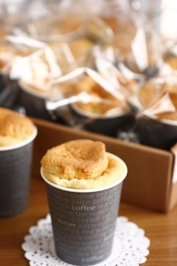 シフォンケーキは紙コップで焼いても可愛く仕上がります。ベーキングパウダー不使用で材料も少ないので簡単に作ることが出来ますよ。