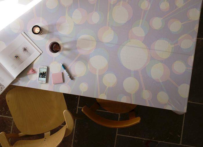 淡い水色、ピンク、黄色が繊細に重なり合った、はかなげな柄は、フィンランドのアーティストであるヤーッコ・マッティラのデザインによるもの。まるで水彩画のようで、アート作品をテーブルに置いているようですね。