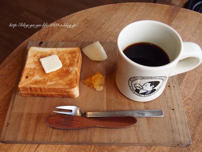ブラックコーヒーやラテ以外にも、オリジナルのシロップティーやジュース類も。コーヒーにぴったりのスイーツやパン類も充実しています。