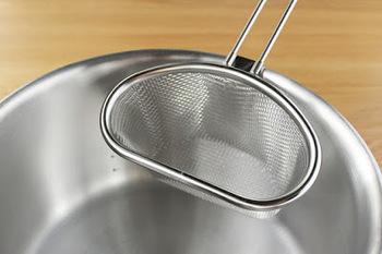 1つの鍋で2種類の食材が茹でられるうれしい時短アイテム。例えばパスタを茹でながら、ザルに付け合せ用の野菜を入れて一緒に茹でたり、途中で野菜だけを引き上げたり、実によく考えられていますね。