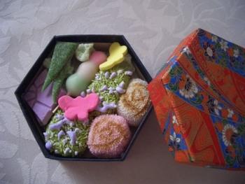 六角形の紙箱に入った小さな「京のよすが」もあり。落ち着いた和柄の箱の中に華やかな世界が広がっています。