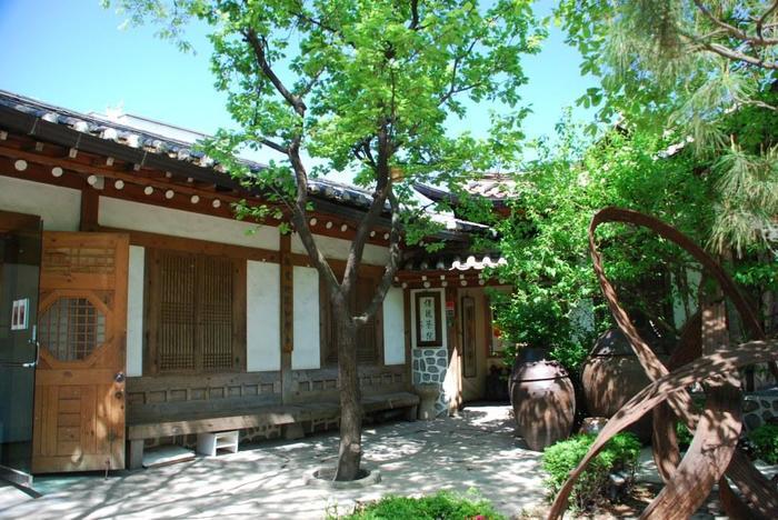 まずご紹介するのは、人気エリア「仁寺洞(インサドン)」にある「伝統茶院(チョントンタウォン)」というカフェです。「耕仁(キョンイン)美術館」に併設されており、韓国の伝統家屋である「韓屋(ハノク)」を活用しています。