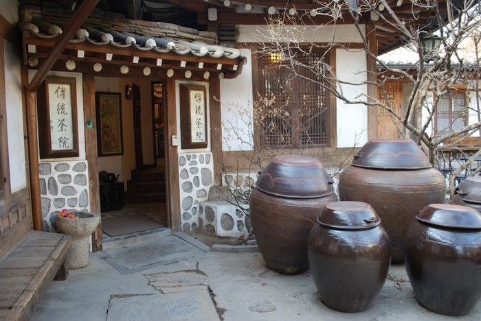 ノスタルジックな雰囲気が漂う韓屋で、韓国の伝統茶や伝統菓子などを味わうことができます。さらにBGMとして韓国の伝統音楽が流れており、まるで昔の韓国にタイムスリップをしてしまったかのような気分になりますよ。