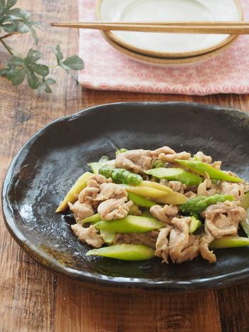 疲労回復効果のある食材の代表格、豚肉を使ったレシピ。同様の効果があるアスパラガスも加えることで、野菜もとれて一石二鳥です。しょうがの風味で箸が進みますよ。