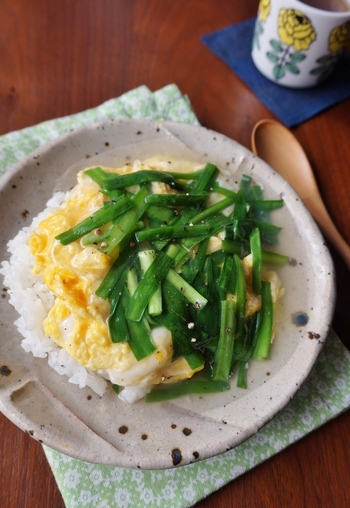 ニラもスタミナを付けてくれる野菜の一つ。年中手に入りやすいのも嬉しいですね。ニラ玉にあんをかけた丼は優しい味わい。10分でできる、覚えておきたいスピードレシピです。