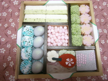 夏の京のよすがには、アジサイをモチーフにしたお菓子(画像左下部分)が入っています。見ているだけでジメジメした梅雨を忘れられますね。