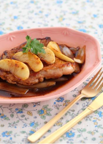 クエン酸は疲労回復効果がありますが、お酢以外に実はりんごにも豊富。料理に取り入れることで、いつもと違ったオシャレでフルーティーな一皿になります。
