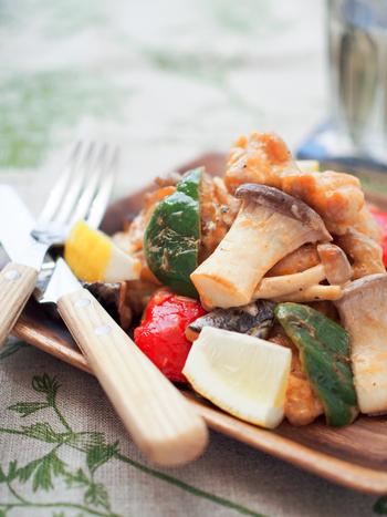 クエン酸を含むレモン汁をたっぷり使った、さっぱりとした炒め物のレシピ。オーロラソースとの味のバランスが絶妙です。お肉も野菜もたくさん食べることができますよ。