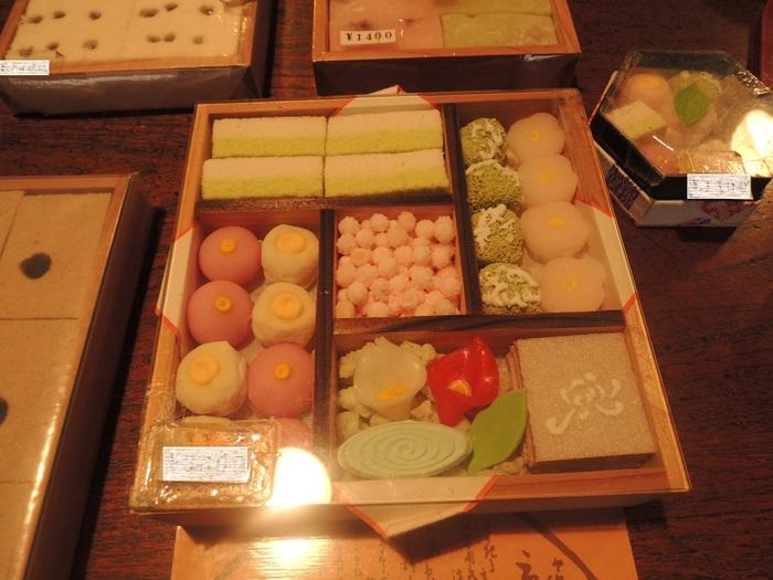 冬の京のよすがは、お正月にもぴったりの紅白になっています。こたつでほっこりと、日本茶と一緒にいただきたいものです。