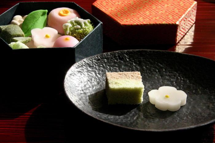 たった2つのお菓子をお皿に並べただけで、そこには凛とした空気が広がります。和菓子って、本当に奥が深いですね。