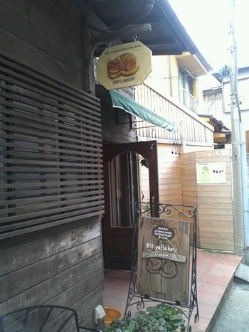 鎌倉駅西口、御成り通りの路地を少し入ったところにひっそりと佇んでいる人気店が、こちらのKIBIYAベーカリーです。ほんわかした猫がトレードマークなんですよ。