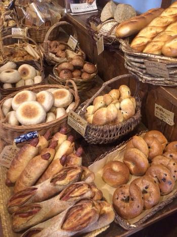 4,5人入れば店内は満員になってしまう程の、それほど広くない店内に一歩足を踏み入れると、そこには天然酵母の香りが広がり、所狭しとぎっしりパンが並べられています。