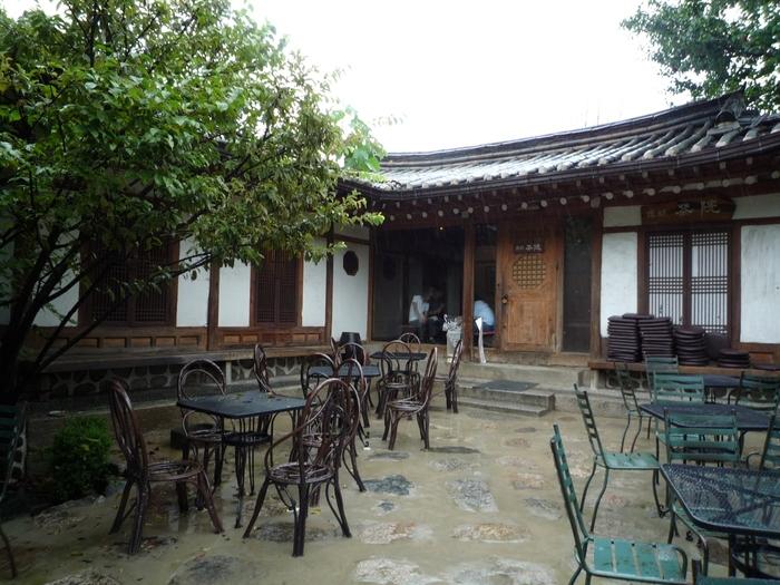 晴れた日には、開放感のある中庭のテラス席もおすすめ。美しい韓国伝統家屋を眺めながら、優雅なティータイムを過ごすことができそうです。