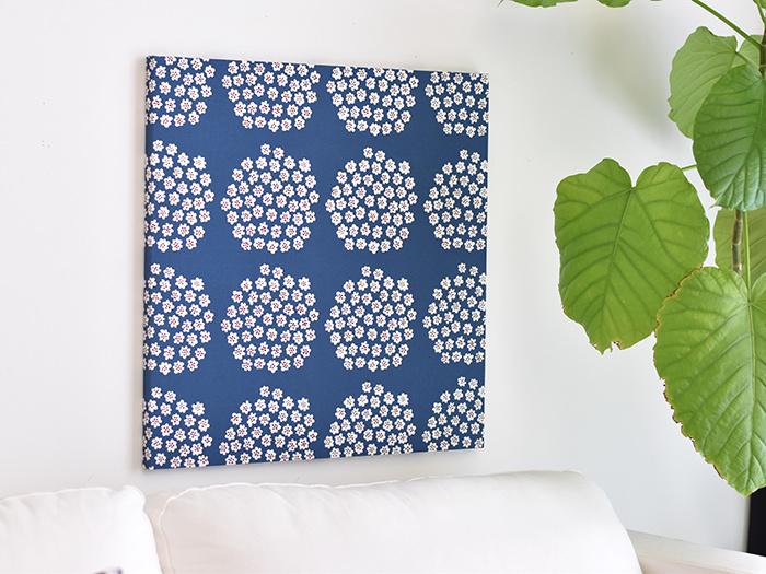 お気に入りの布で壁を飾れる、ファブリックパネル。絵画やポスターと同じ感覚で使えます。布とパネルがあれば、自作することもできちゃいますよ♪