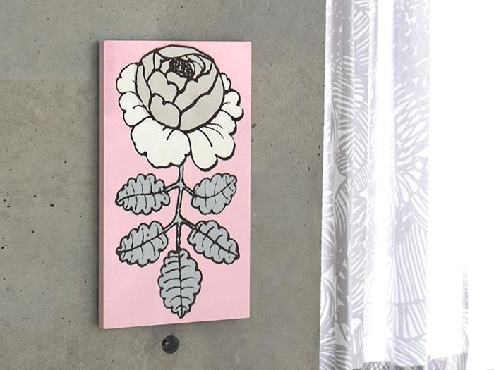 大きな柄は大胆にひとつのイラストを切り取って、ポスターのように飾ってみては?マリメッコの代表的デザイナーであるマイヤ・イソラがデザインした「MAALAISRUUSU(マーライスルース)」には、素朴で独特の存在感があります。