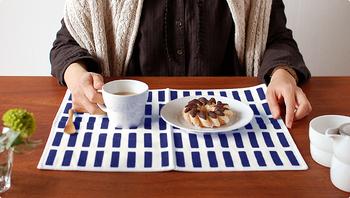 「artek(アルテック)」のランチョンマットはシンプルなのに、食卓でしっかりとした存在感を放ちます。厚手の生地で作られているので、熱いお皿を乗せても安心。