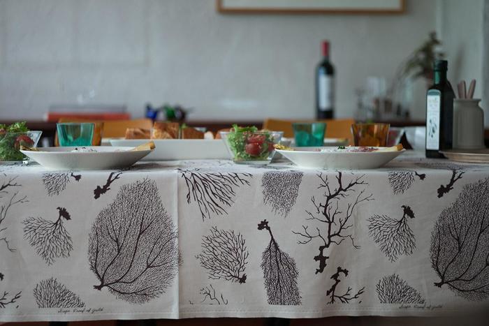 大きな布が一枚あるなら、テーブルクロスにしてみませんか?簡単にトライでき、さらにお部屋のイメージをさっと変えることができます。季節によって変えたり、その日の気分で楽しんでも◎