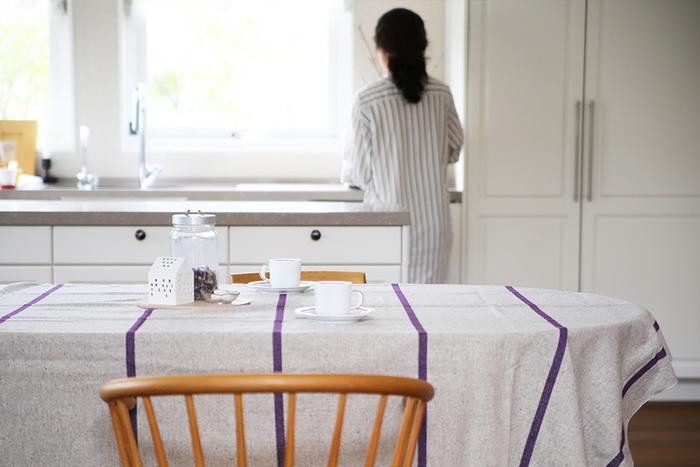 シンプルだけどセンスの良さを感じられる、素朴なボーダーラインのテーブルクロスです。なんとこちらはお家での手洗いも可能。汚れやすい場所だからこそ、清潔に保てるのも嬉しいポイントですね。