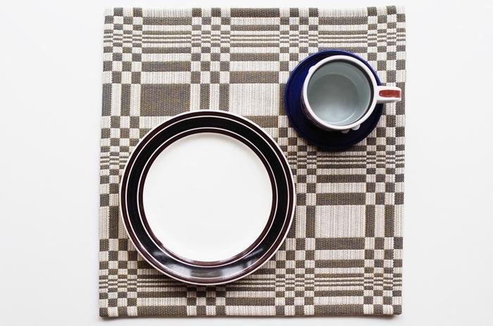 ナチュラル派さんにはテトラバッグでもお馴染みの、フィンランドのテキスタイルブランド「Johanna Gullichsen(ヨハンナ・グリクセン)」。独特の幾何学模様をテーブルに敷けば、モダンでユニークな食卓に♪正方形なので他とは違った雰囲気になります。