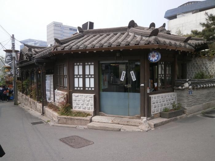 同じく「仁寺洞(インサドン)」エリアから、ランチがおいしいと評判のカフェ「ヌリ」をご紹介。こちらも韓国伝統家屋「韓屋(ハノク)」を活用したお店です。住宅街にある普通の古民家なので、一見カフェとは思えないですよね。