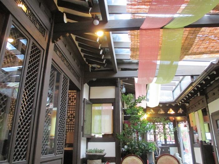 木を基調とした落ち着いた雰囲気の店内。天井や壁に掛かっている色とりどりの布がアクセントになっており、とってもオシャレですよね。古さと新しさをうまく融合した、センスあふれる空間です。