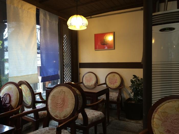 店内には洋風のインテリアを取り入れたレトロモダンな空間です。日本の純喫茶のような雰囲気も感じられますよね。海外にいることを忘れて、ゆったりとくつろいでしまいそうです。